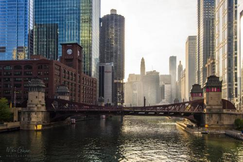 Chicago-river-from-bridge-18x12-1-1536x1024