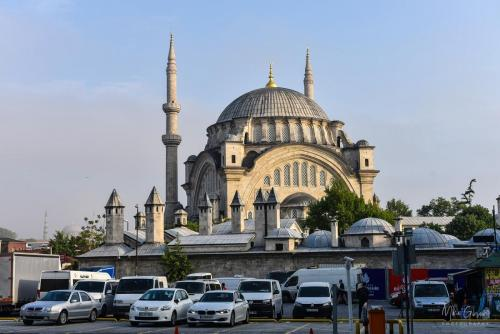 Istanbul-car-park-with-mosque