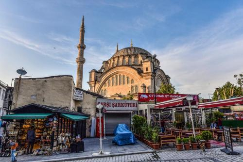 Istanbul-shops-with-mosque-1800-mgp