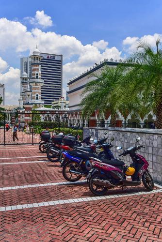 Kuala-Lumup-street-with-bikes-outside-mosque-12x (1)