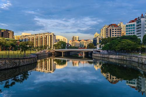Singapore-river-with-boat-4-12x8