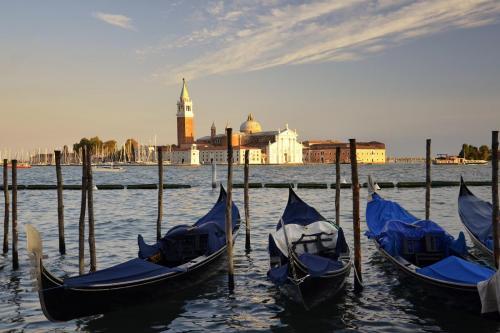 blue-gondolas-1