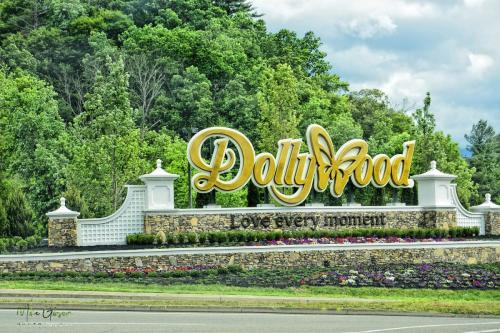 dollywood-sign-1